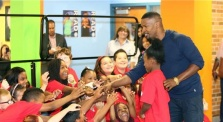 Jamie Foxx at Northport Elementary School (photo -- Sony Pictures)