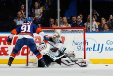 Dubnyk quiets Islanders, as Wild win 10th straight road game.