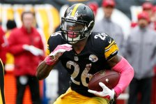 Pittsburgh Steelers running back Le'Veon Bell (26) carries the ball during an NFL football game against the Arizona Cardinals, Sunday, Oct. 18, 2015 in Pittsburgh. (AP Photo/Gene J. Puskar)