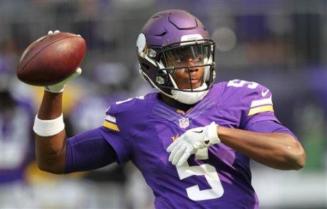 El quarterback Teddy Bridgewater (5) de los Vikings de Minnesota previo a un entrenamiento, el domingo 28 de agosto de 2016. (AP Foto/Andy Clayton-King)