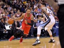 Chicago Bulls guard Derrick Rose, left, drives against Memphis Grizzlies forward Matt Barnes (22) in the first half of an NBA basketball game Tuesday, April 5, 2016, in Memphis, Tenn. (AP Photo/Brandon Dill)