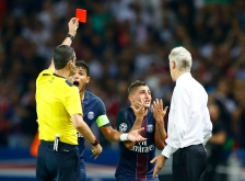 PSG's Marco Verratti, 2nd right, reacts to Arsenal manager Arsene Wenger, right, after he received a red card from referee Viktor Kassai of Hungary during the Champions League group A soccer match group between Paris Saint Germain and Arsenal at the Parc des Princes stadium in Paris, Tuesday, Sept. 13, 2016. (AP Photo/Francois Mori)
